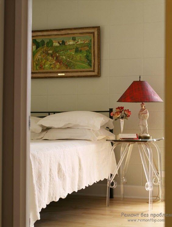 Настольный светильник в интерьере спальни