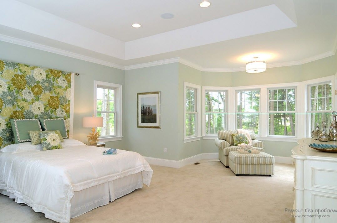 Светлая спальня с белой мебелью с оливково-горчичными акцентами