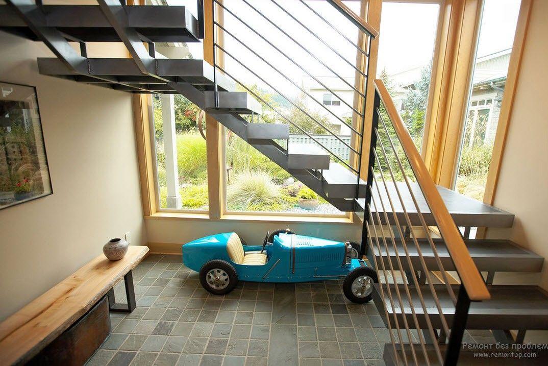 Металлическая лестница с деревянными перилами