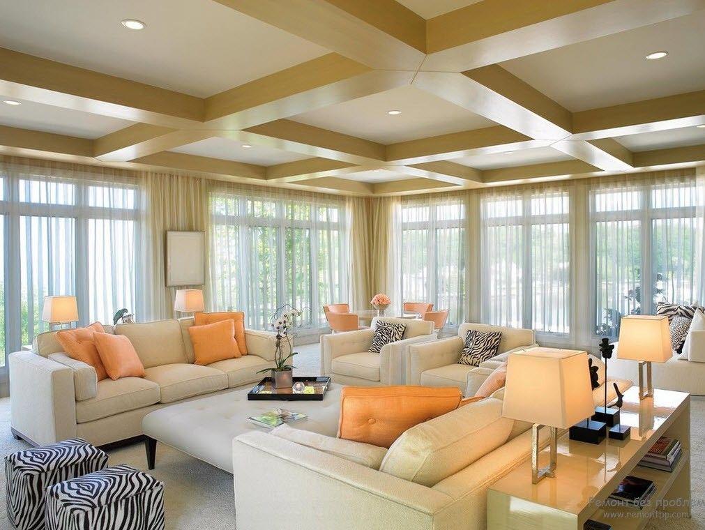 Цветовые акценты в персиковой гостиной