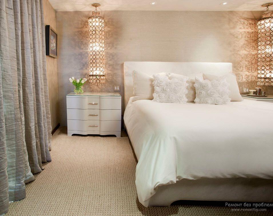Красивые хрустальные светильники в спальной комнате