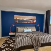 Синий и красный в интерьере спальни