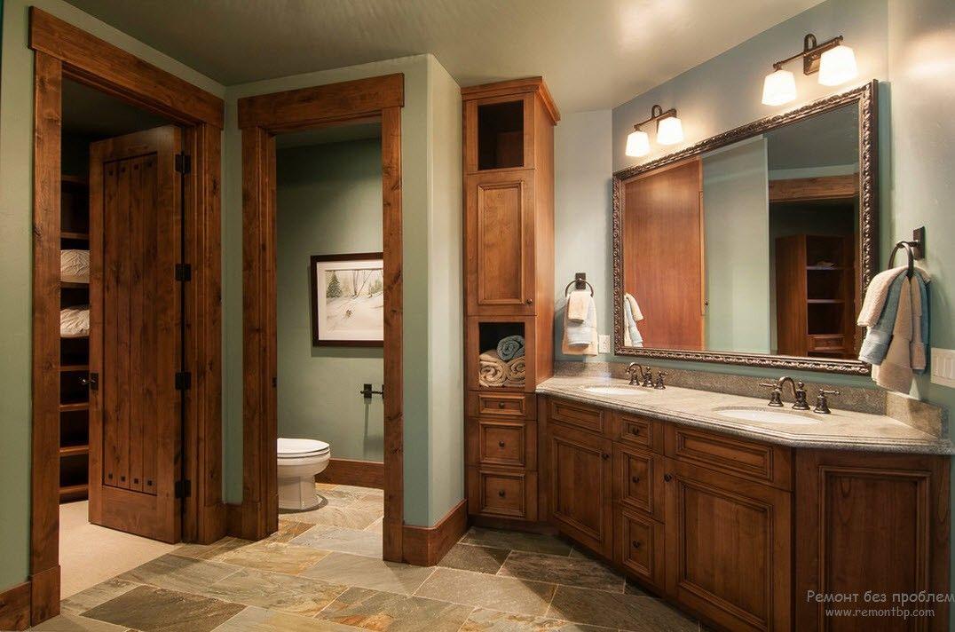 Ванная комната в стиле кантри с деревянной мебелью