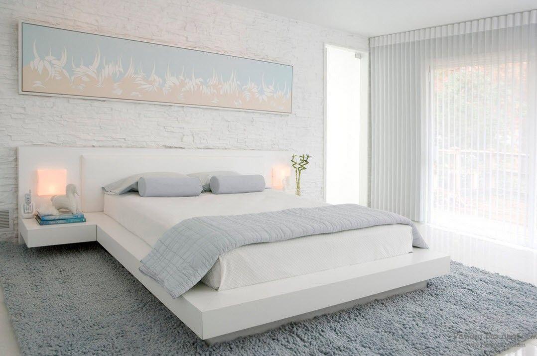 Светлое нежное панно в изголовье кровати в белой спальне