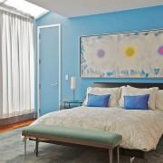 Яркие акценты в голубой спальне