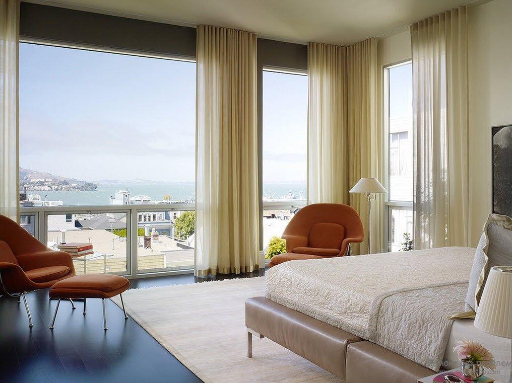 Интерьер спальни с легкими шторами