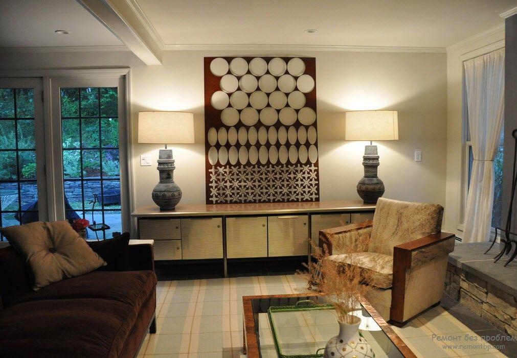 Эффектные настольные светильники в интерьере гостиной