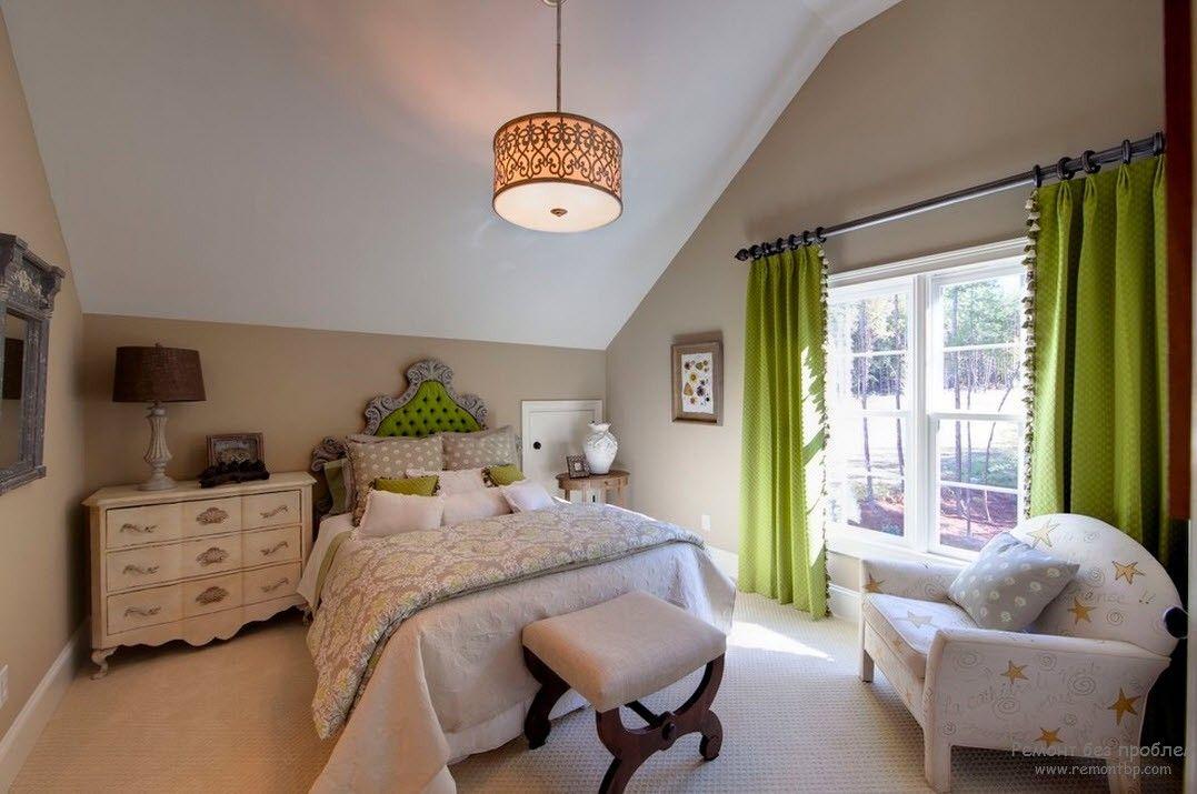 Оливковые шторы и изголовье кровати задают тон в интерьере спальни