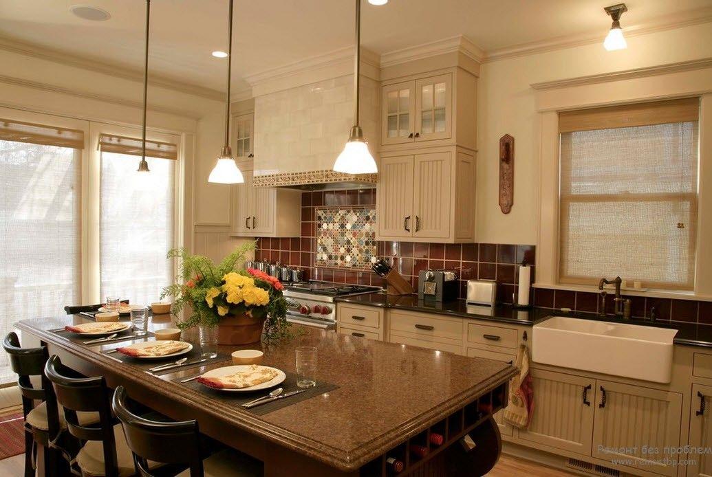 Благородная классическая бежевая кухня с темной столешницей