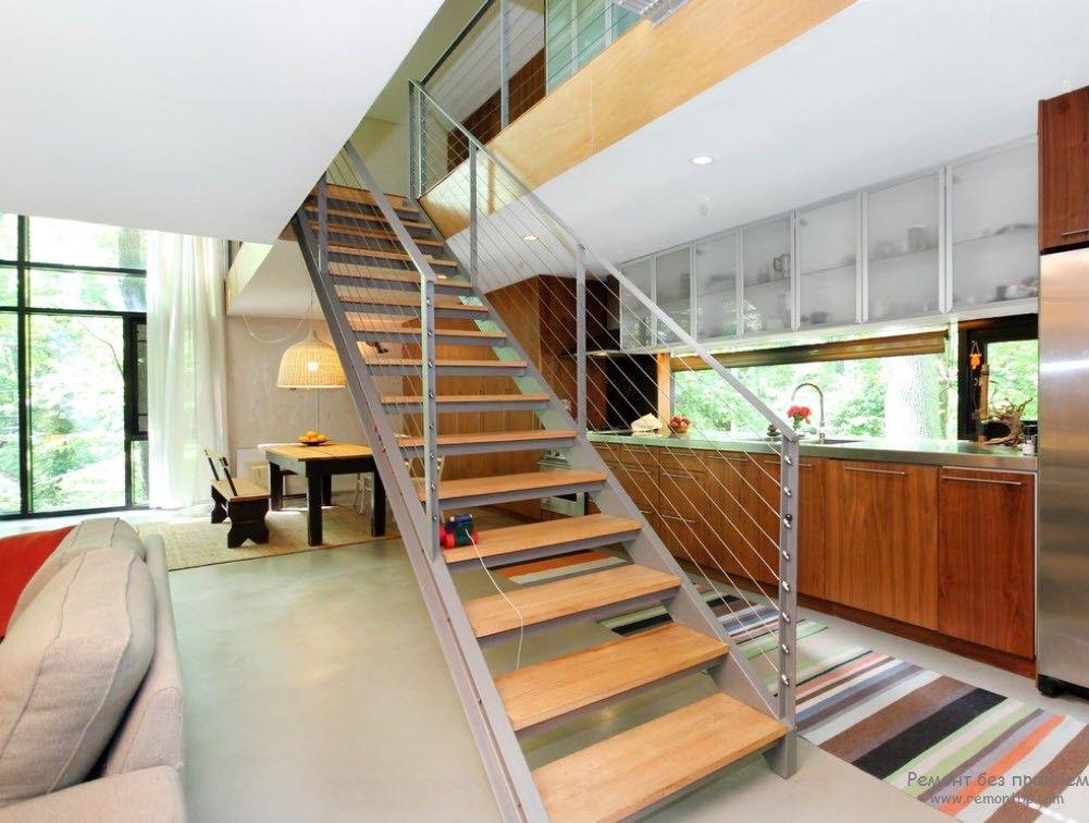 Дизайн металлической лестницы с деревянными ступенями