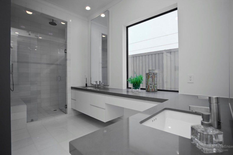 Серо-белый интерьере ванной комнаты с одним ярким акцентом в виде цветка