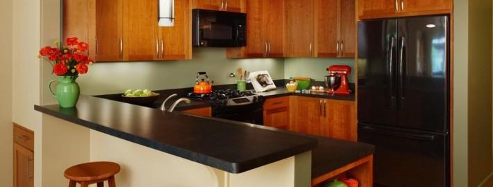 Кухня с темной столешницей