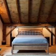Современный дизайн потолка в спальной комнате