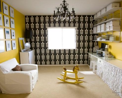 Желтые стены на фоне черной стены