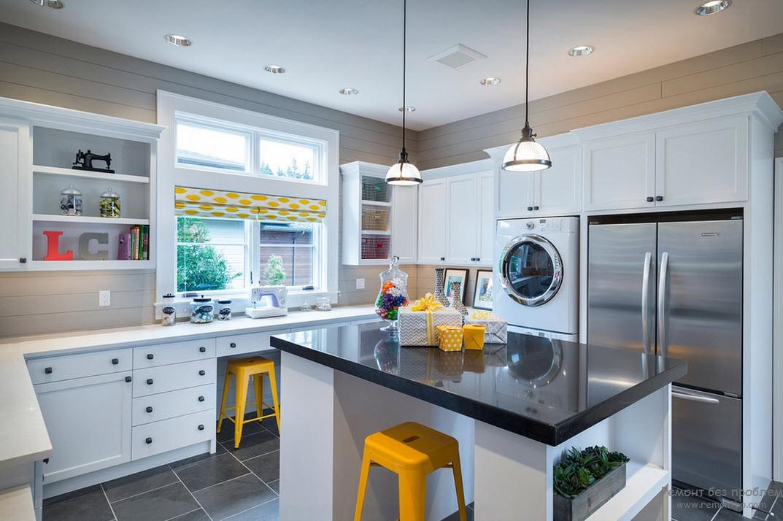 Желтые табуретки в кухне