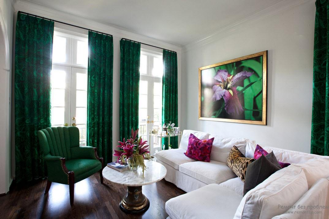 Кресло и шторы зеленые