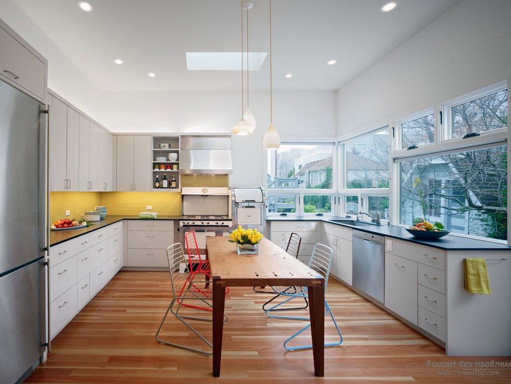 Кухня с желтой рабочей стенкой