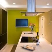 Кухня с зеленой стеной