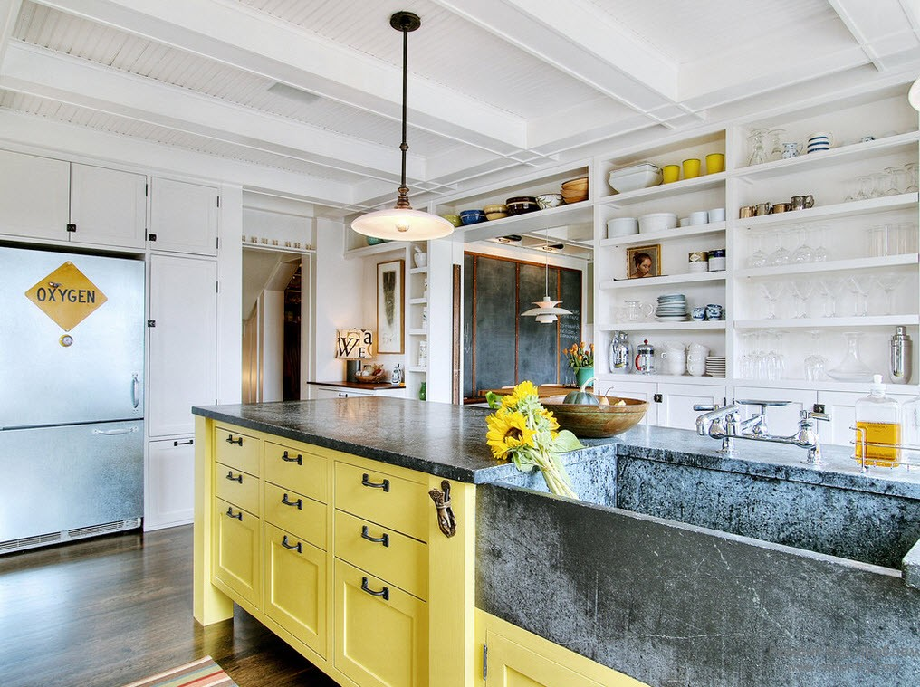 Кухонный шкаф с желтой лицевой панелью