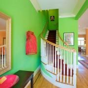 Переход на второй этаж в зеленом цвете