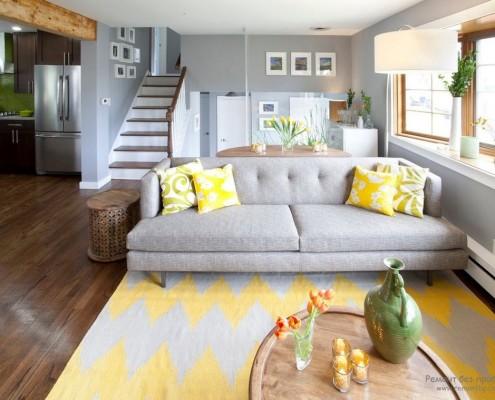 Прихожая с желтыми подушками