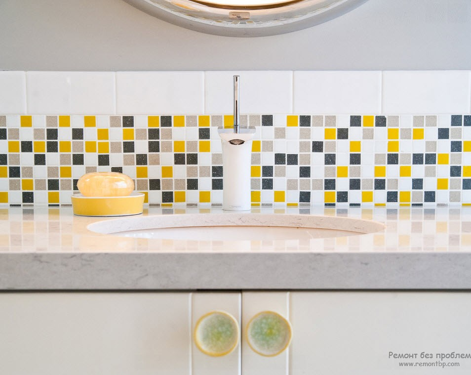 Рабочая стена кухни с желтыми кубиками