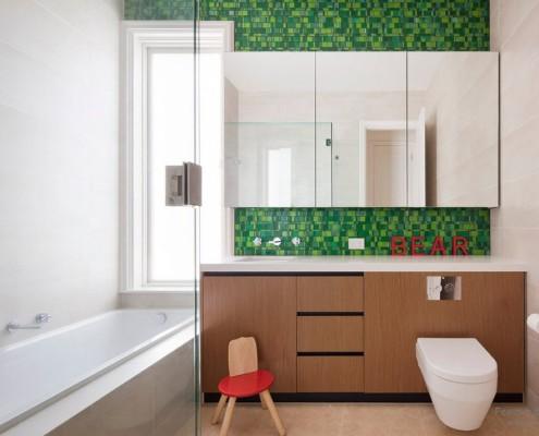 Санузел с зеленой стеной