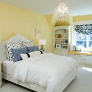Спальня белая на фоне желтых стен