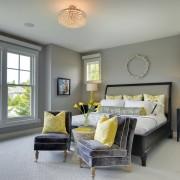 Спальня с желтыми наволочками