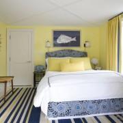Спальня. Желтые стены и шторы