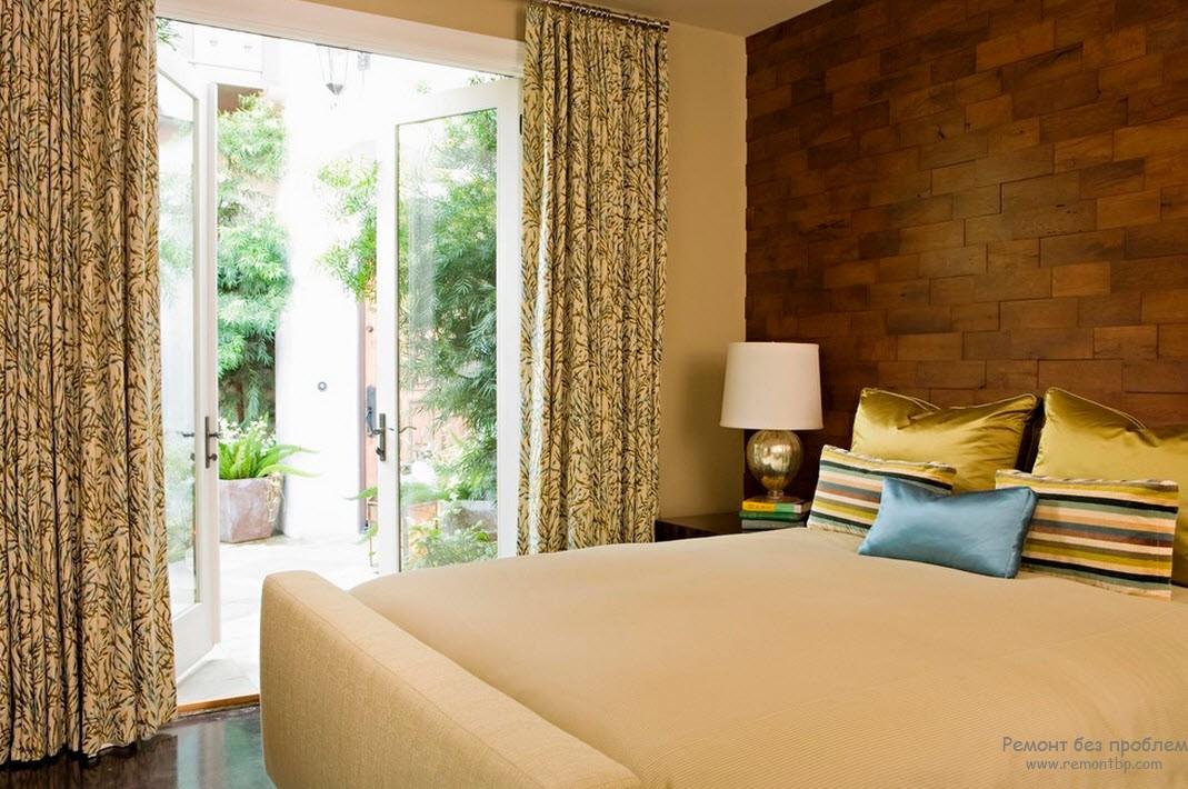 Деревянные обои в качестве отделочного материала стены спальни