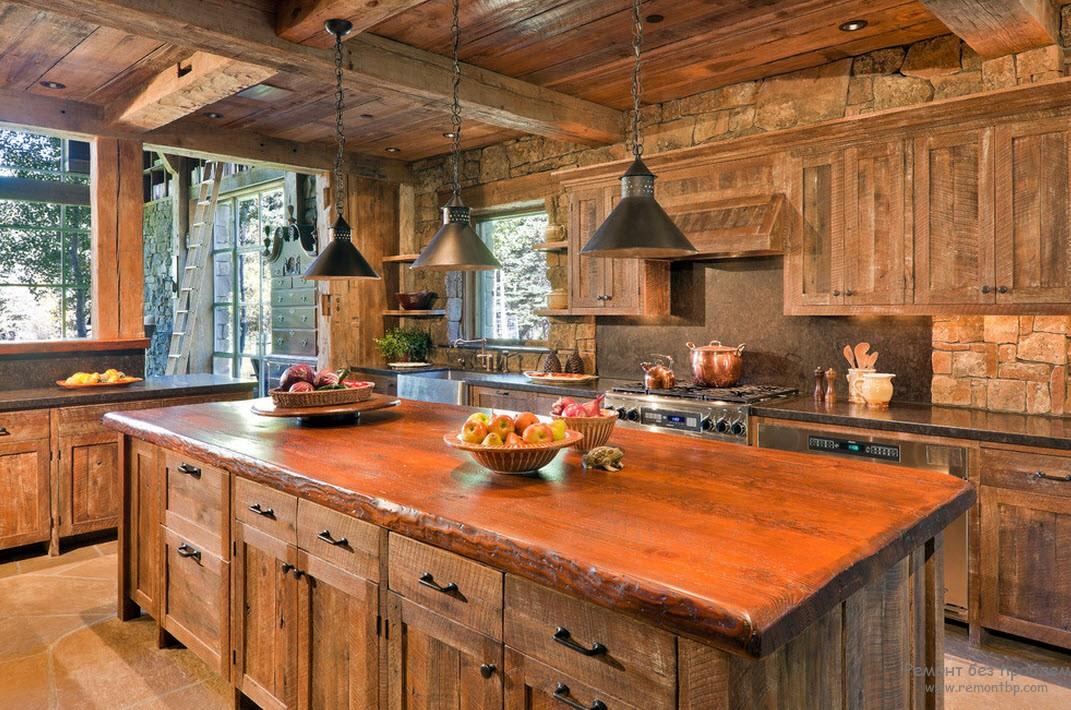 Деревянная мебель гармонирует с деревянным интерьером кухни
