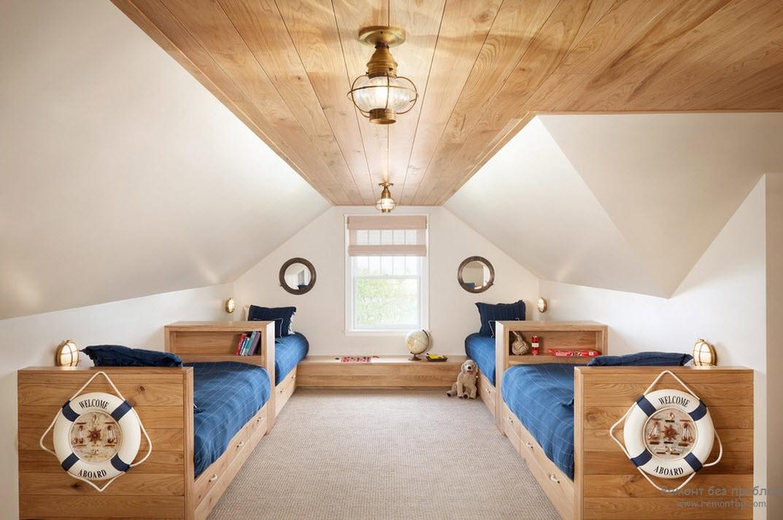 Спасательные круги на кроватях и глобус возле окна в комнате мореплавателей