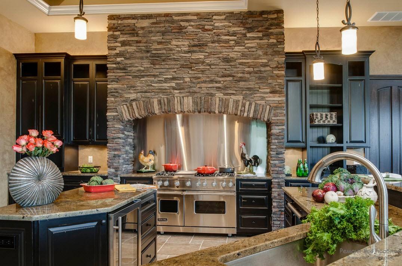 Кухонная зона, отделанная диким камнем
