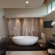 Стена из гранита в интерьере ванной