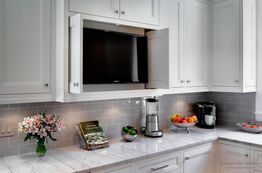 Телевизор на кухне у окна