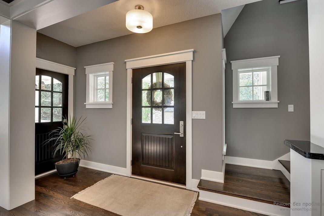 Дизайн светлого интерьера с темными дверями и полом