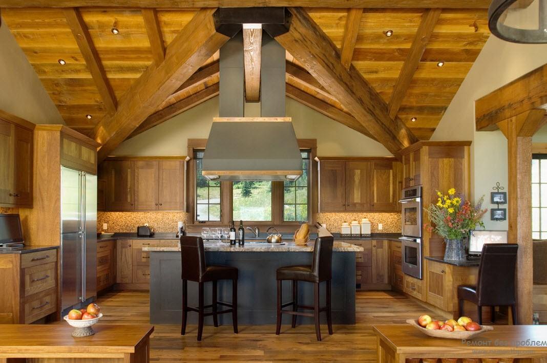 Потолок представляет мобой обычные деревянные балки