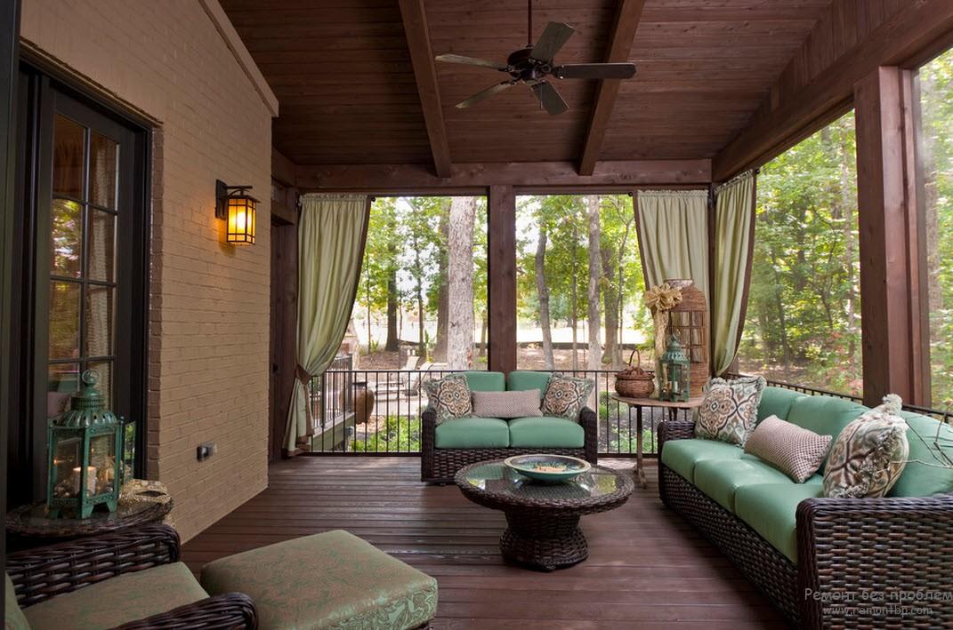 Мягкая мебель в интерьере просторной веранды-гостиной
