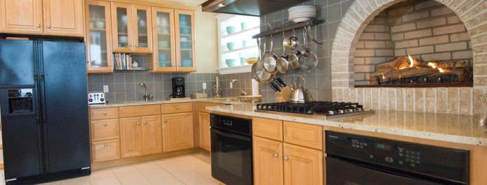Кухня с камином