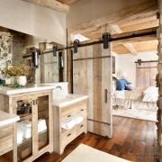 Деревянная ванная комната на даче