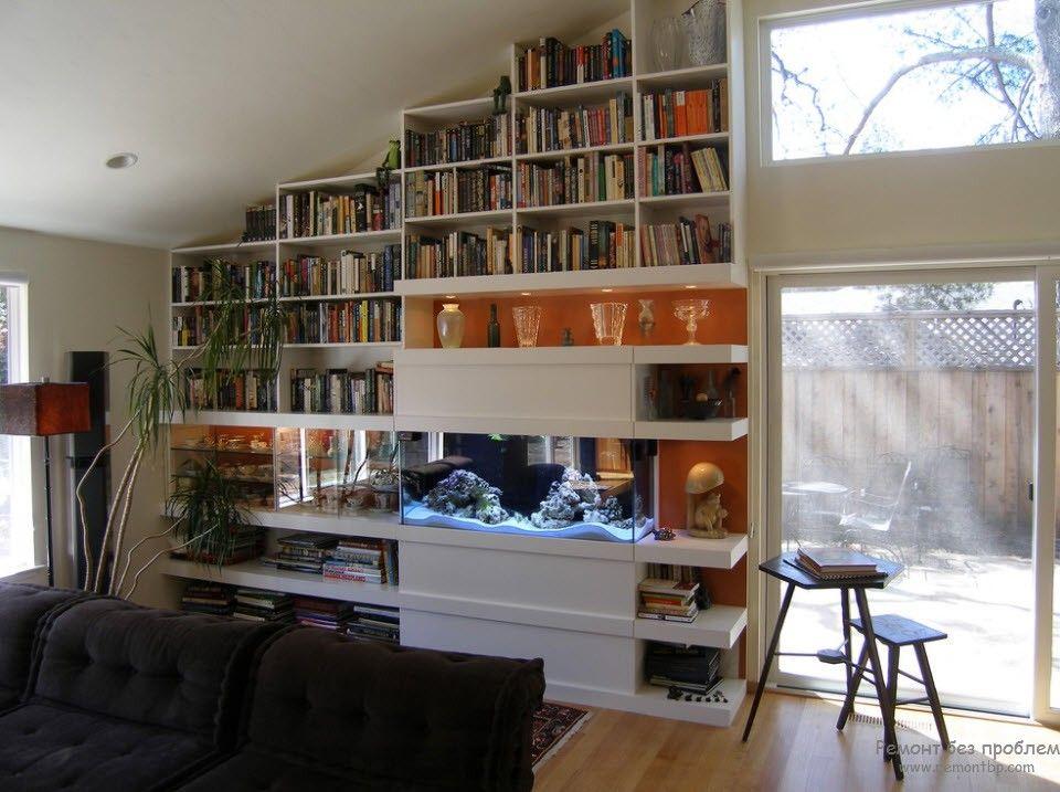 Аквариум среди книжных полок