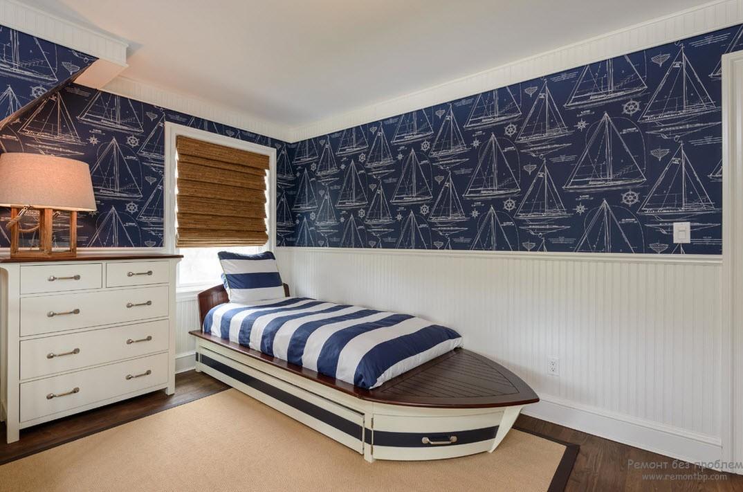 Кровать - лодка и полосатое покрывало