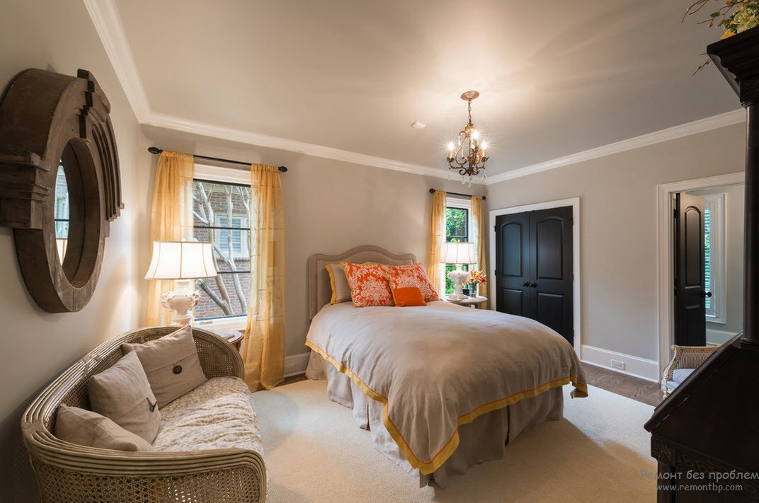 Дизайн светлого интерьера со стильными и элегантными черными дверями