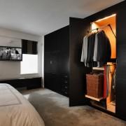 Просторная спальня с классической гардеробной во всю стену