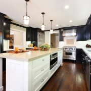Легкость и шарм темных кухонь