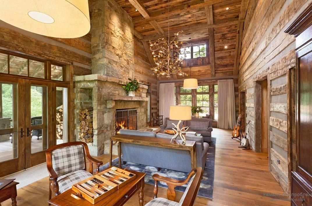 Камин создает необыкновенный уют в интерьере деревянной гостиной