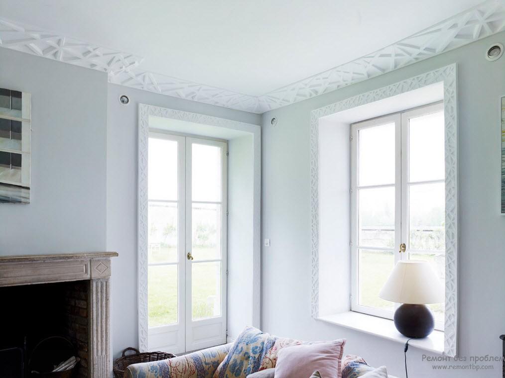 Широкий потолочный плинтус, скрывающий стык между стеной и потолком