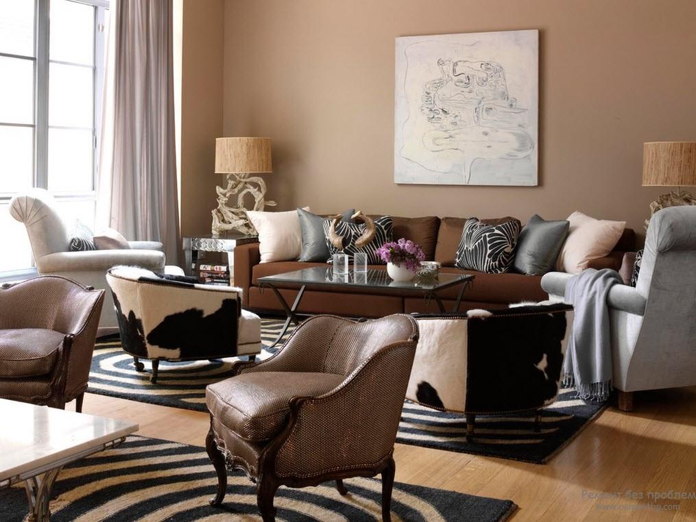 Мягкий интерьер коричневой гостиной