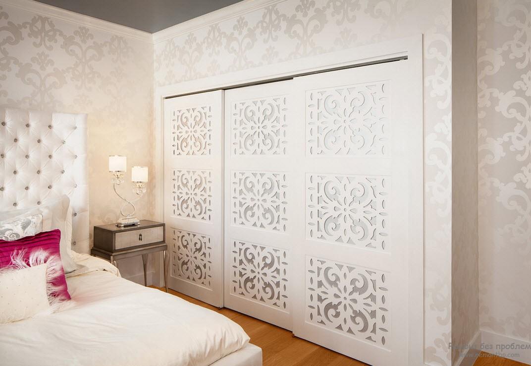 Закрытая встроенная гардеробная на территории спальной комнаты